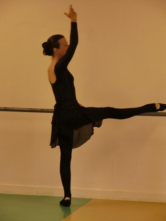 exercice d`étirement: jambe sur la barre