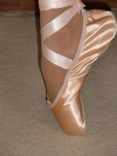 la cambrure du pied sur pointe, chaussons de pointes et rubans